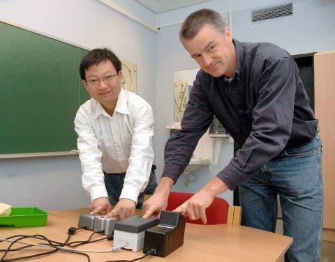 MILLIONSTØTTE: Professor Christoph Busch (t.h.) og Bian Yang ved NISlab ved Høgskolen i Gjøvik får fem millioner kroner i EU-støtte til forskning på fingeravtrykk. Foto: Tor Erik Pettersen