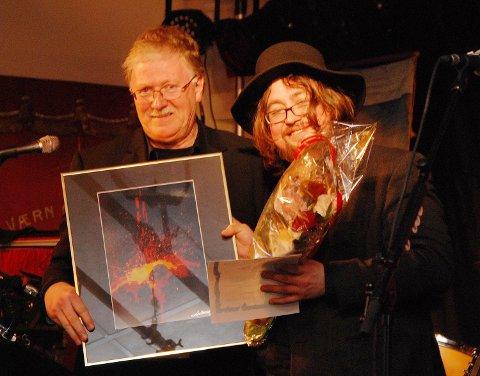 Årets æresslusk ble Tomas Evjen, her sammen med prisutdeler Bernt Gøran Lund fra Mons Petter festivalen. Æresslusk nummer to ble Tom Vidar Karlsen.