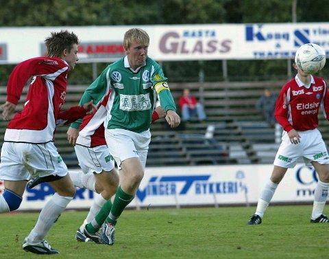 MOTGANG: I ettermiddag takker Grue for seg i 3. divisjon. Dette bildet viser Grue-kaptein Bjørnar Melsaas i kampen mot KIL B i august. Typisk nok avgjorde Grues motstander i siste spilleminutt.
