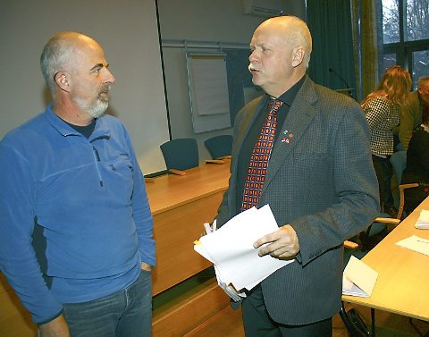 ENIGE: Gunnvald Lindset (Rødt) og ordfører Jann-Arne Løvdahl (Ap) fant tonen omkring felles kamp mot nedleggelse av fødestua ved sykehuset i Mosjøen. (Foto: Jon Steinar Linga)