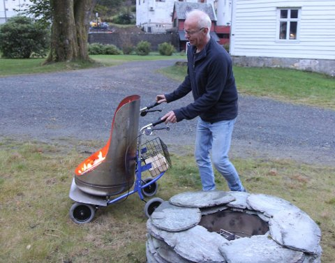 Håkon Eikerol hadde laga ein mobil peis og to skiferpeisar i høve teaterfestivalen. Den mobile peisen hadde han laga av ein varmtvasstank og ein rullator.