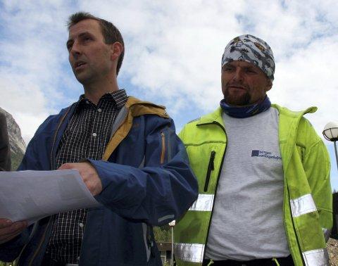 Terje Bråvoll (med teikningane) og Udmund Sandstå er mellom initiativtakarane som driv prosjekt Fleirbrukshall i Kinsarvik. No har dei fått positive signal og pengar i kassa.