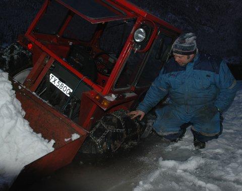 Frode Navelsaker er glad for at det berre var rundt ein meter djupt der traktoren gjekk gjennom isen.
