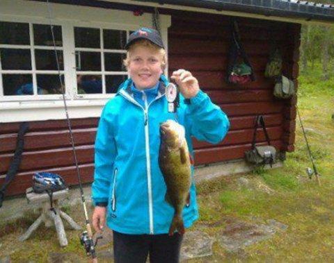 Vant abborklassen: Håkon Græsberg dro inn denne fine abboren på 1600 gram i Kirkesjøen.