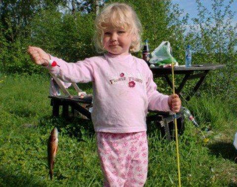 Beste bilde: Lille Ebba Strand (3) viser at det kan være like stas å få en liten fisk. Dette er hennes aller første, og hun dro den opp alene.