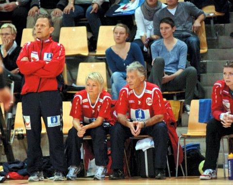 PÅ BENKEN: Janne Oppheim Søllesnes er en del av teamet til Thorir Hergeirsson (t.v.) og lege Ola Sand.