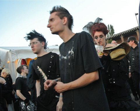 Musikkfestivalen Amphi Festival i K?ln i Tyskland samler Goth-folket til fest. Lakk, lær, nettingsrømper og middelalder-mystikk er noen av ingrediensene.