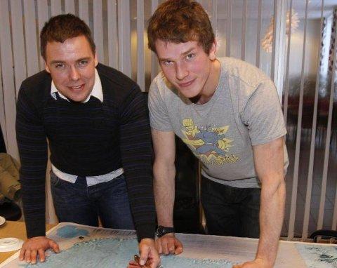 KART: Ottar Haldorsen og Jacob Meland studererd kartet over Antarktis.