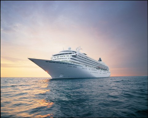 2.500 om bord: Crystal Symphony har meldt sin ankomst til Narvik i 2015. Skipet tar 2.500 passasjerer.(Foto Crystal Cruises)
