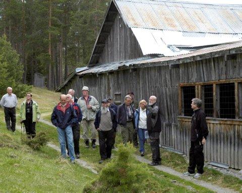HASTER:Kjell Voldheim og Lars Pilø viser rundt ved det verneverdige saghuset for blokkleberstein på Sagflaten det haster å ta vare på.  Foto: Leif Øverland