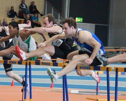 Eivind Stavang i farta på 60 m hekk.
