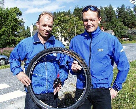 STARTKLAR: Trond Nyland (t.v.) og Terje Jørgensen er klar for 89 kilometer på sykkel fra Rena til Lillehammer. (Foto: Svein  Halvor Moe)