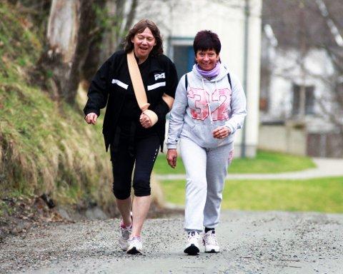 SPREKINGER: Catrine Pedersen og Bjørg Iversen langer ut på sin gåtur. Her er de på vei opp Badebakken i Eidsvoll. foto: Bjørn Inge Jartun Rødfoss
