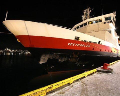 VED KAI: Hurtigruteskipet «Vesterålen» lå i går ettermiddag til kai i Tromsø. Dersom ikke Hurtigruten og Tromsø havn blir enige, kan sistnevnte nekte rederiet å klappe til kai i Tromsø. Årsaken er strid om havneavgifter på fire millioner kroner i året.