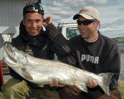HELT TOPPERS: Vinnerne Frank Ronny Johansen (tv) og Roy-Idar Brandlistuen i A-Team med den største NM-fisken på 7,6 kilo. Også samlet stakk de to karene av med største fangsten. foto: Øyvind lien