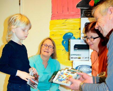 Pasient Marius Moen Opseth (4) tok imot noen TV-spill som barneavdelingen ved Sykehuset Telemark har fått i gave av OL-president John Fredrik Tittei Fosse og BOK. Med på bildet er også sykepleier Bente Gomez og avdelingsleder Kari Lie.