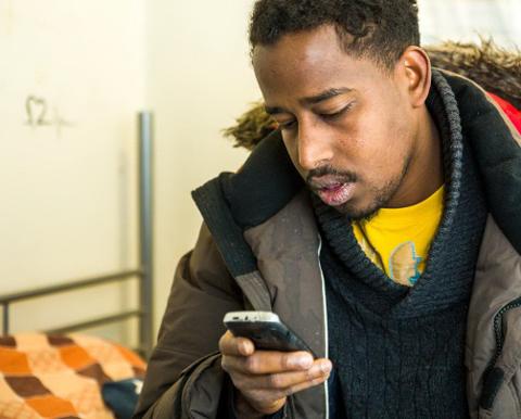 KONTAKTTELEFON: Internett og telefon har vært eneste måten å ha kontakt med familien hjemme i Somalia.  ? Noen ganger kan det gå uker mellom hver gang fordi man ikke har det bra, sier Maalim Issaq Mohamed.