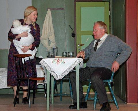 """FOLKEKOMEDIE: Lunner Revy- og teatergruppe er snart premièreklare med """"Den store barnedåpen"""", et skuespill av Oskar Braaten. Her Mari Lunder som Alvilde og Roar Kalvsjøhagen som kirketjener Evensen."""