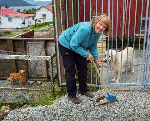 HUNDELIV: Anne Maj Krogh trives på jobben. Det er fantastisk å få være sammen med hunder hele dagen. I 2006 startet hun dyrepensjonat på Ringvassøy.