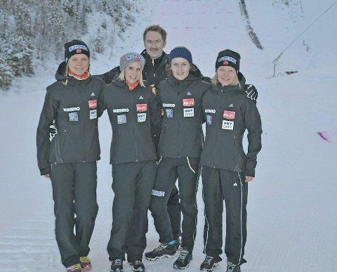 Fra venstre Maren Lundberg, Line Jahr, Anna Odine Strøm og Gyda Enger. Bak landslagstrener Kristian Meyer.