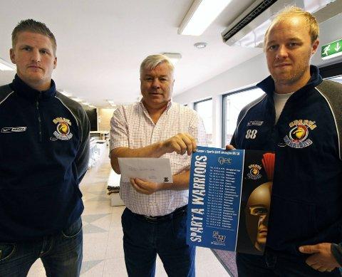SESONGKORT: Sparta reiste i går rundt og delte ut sesongkort til sponsorer. Her er det Gunnar Pedersen (i midten) som får sesongkortene av Jonas Elofsson (t.h.) og Spartas keepertrener Daniel Björnberg. (Foto: Tobias Nordli)