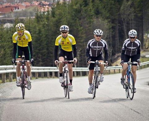 Taktikere. Andreas Sandnes Olsen (fra venstre), Mathias Iversen, Geir Haukås og Bente Haukås er veldig opptatt av å planlegge løpet riktig. ? Det er viktig å finne seg noen å ligge bak og å spare flest mulig krefter til stigningene kommer, etter at vi passerer Rognan. Foto: Øystein Hernes