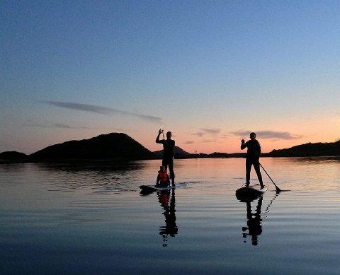 På surfebrett. Paddleboard er en forholdsvis ny og spennende aktivitet. Marit Sjøvoll og John Åge Handberg har planer om å krysse Vestfjorden på denne måten.Foto: Privat