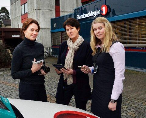 Roper varsku: Banksjef Anne Magnus (f.v.) og rådgiverne Tove Beate Jelstad og Trine Magnussen tror dyre forbruksvarer kjøpt på kreditt, er en av årsakene til at så mange er svartelistet i Modum.