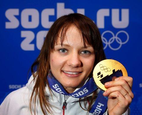 MED GULLET: Maiken Caspersen Falla poserte stolt med gullmedaljen fra Sotsji.