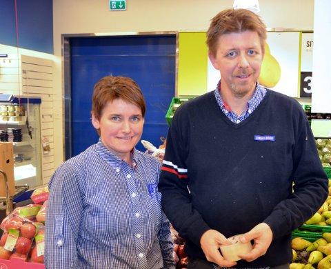 HANDELEN KOM SENT: Odd Amund Dølmo og Johanna Dahlen Dølmo ved Rema 1000 opplever at julehandelen kom litt seinere i år enn tidligere. (Foto: Trond Findahl)