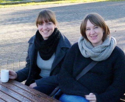JAZZ-ENTUSIASTER: Eirin Lien (til venstre) og Bente Linjordet drar sammen med Ellen Brekken i gang jazzklubb på Tynset. Tirsdag kveld er det stiftelsesmøte i kafeen i kulturhuset. (Foto: Tonje Hovensjø Løkken)