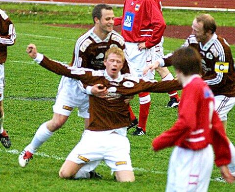 UTLIKNING: Frode Ulltang ekspederte ballen kontant i nettet med hovudet, etter eit vakkert angrep langs høgresida. (Foto: Dag Frøyen)
