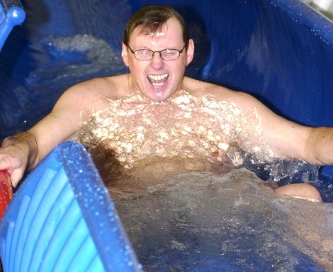 Daglig leder i Østfoldbadet David Koht-Nordbye kan trygt plaske i badevannet han tilbyr gjestene.