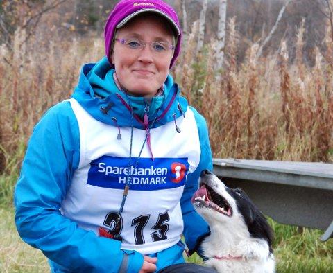 Karin Mattsson med hunden Trim ble norgesmester i bruk av gjeterhund på Alvdal i helga.