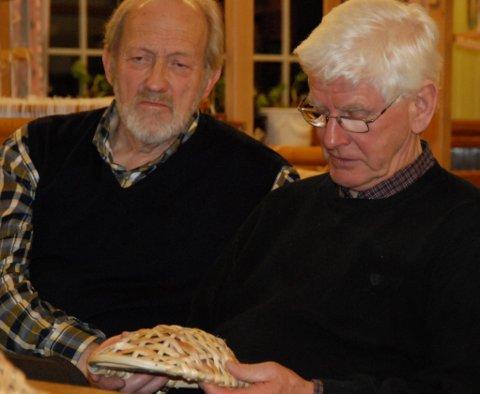 TWISTFAT: Knut Stiklestad og  Harald Grue beundrer det lille kolvfatet før Grue forteller at han har laget et lignende sjøl som har blitt twistfat