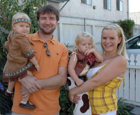 Åpen og tilgjengelig.  Det er deres viktigste oppgave, mener Anniken Hol Meling og Gisle Meling med barna Ellida (1) og Bertine (2) på armen.