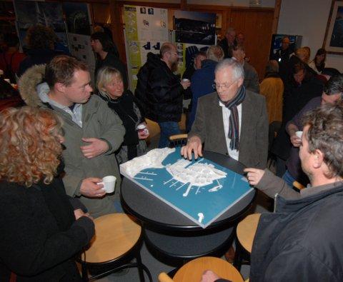 Fra presentasjonen av vinnerutkastet til arkitektkonkurransen. Kjell Hugo Haugen orienterer publikum på Risørhuset.