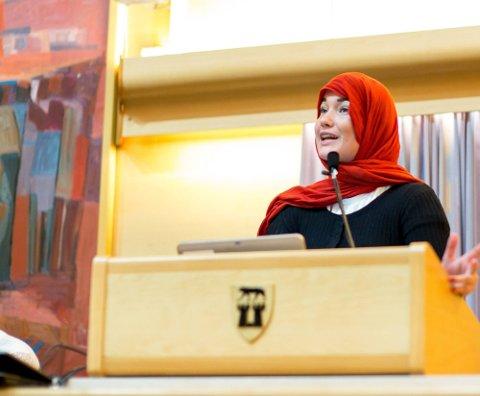 HIJAB: Sofie Tømmerås Lyshagen brukte hijab på talerstolen da hun argumenterte mot et forbud mot plagget i går. (Foto: Thomas Andersen)