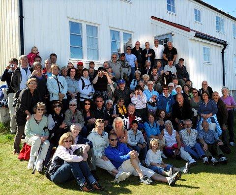 Alle 70 samlet foran huset til Eirik Heggemsnes på Ringsøya.