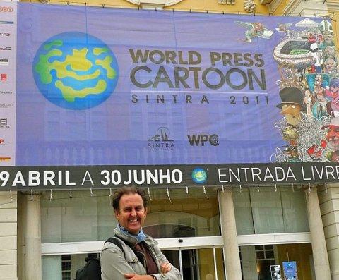 PRESTISJE: Egil Nyhus på plass på «Wold Press Cartoon», en av de viktigste konferansene og utstillingene for verdens avistegnere.