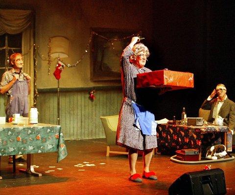 JULAFTEN: Etter å ha gått rundt juletreet og sunget «Høyt i et tre en kråke satt», fikk endelig Gjertrud den foodprosessoren hun ønsker seg fra Olaf. Benny er skadeskutt etter lek med fyrverkeriet.  ALLE FOTO: MORGAN ANDERSEN.