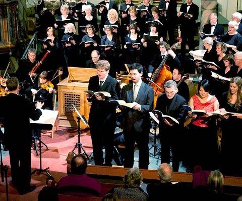 I Larvik kirke: Solistene Vidar Hellkås, Eystein Raude, Halvor Festervoll Melien, Charlotte Tingelstad og Silje Aker Johnsen imponerte sammen med de to korene.