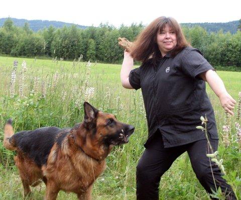 FLERE GANGER I UKA: Henny leker med schæferen «Rox». Hun lover at de fleste hundene blir luftet flere ganger i uka.