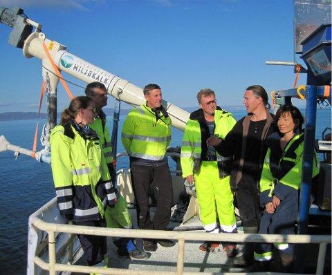 TAR OPP KAMPEN: Kalkingsteamet består av (fra venstre på bildet): Merete Stange Sørum (Fransefoss Miljøkalk AS), Thore Tvetene (Thore Tvetene AS), Ståle Ellingsen (Franzefoss Miljøkalk AS), Jacob Vest (kaptein), Hans Kristian Strand (Havforskningsinstituttet) og Mette Strand (Havforskningsinstituttet). I tillegg er forskere fra Universitetet i Tromsø og Niva nære samarbeidspartnere i prosjektet, men de var ikke tilstede da bildet ble tatt.Alle foto: Havforskningsinstituttet