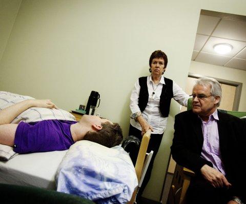 KREVER HANDLING: Kari og Arve Indrehus er forbannet over behandlingen deres ME-syke sønn Idar får fra helsevesenet. Flere timer hver dag blir han låst inne på dette rommet.   FOTO: MARTIN LUNDSVOLL
