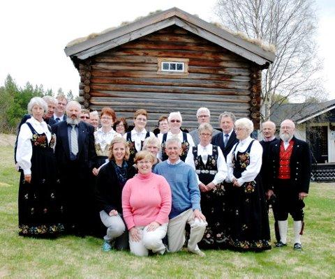 SLEKTSTREFF: Det vart bedd inn til slektstreff da Grant Aaseng (54) frå USA kom til Heidal for å finne slektningane sine. Familien til Grant sit på kne Ruth (fremst), Marit (18), Kris (15) og Grant.  Alle foto: Knut Storvik