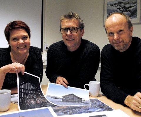 NÅ SKAL DET BYGGES: Firmaet Johan Kjellmark AS er klar for å starte byggingen av Kongehytta. Fra venstre Hege Ødegård, Hans Petter Kvikne og Roger Berggård. (Foto: Guril Bergersen)