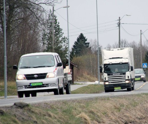 TRAFIKKPROBLEM: Personiler som legger seg inn foran vogntog kan være et problem på våre veier.  ARKIVFOTO