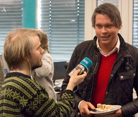 På Radio: Eivind Sollie (til høyre) fra Gran fikk overraskelsesbesøk av P3s programleder Jonas Jerimiassen Tomter på arbeidsplassen. Foto: Privat