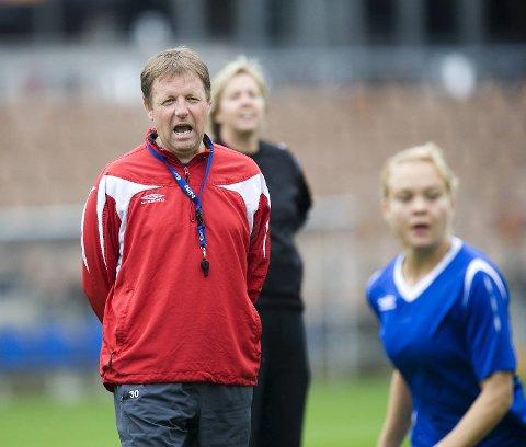 Bjarne Berntsen under trening på Helsingfors fotballstadion i forkant av EM-seminfinalen mot Tyskland.